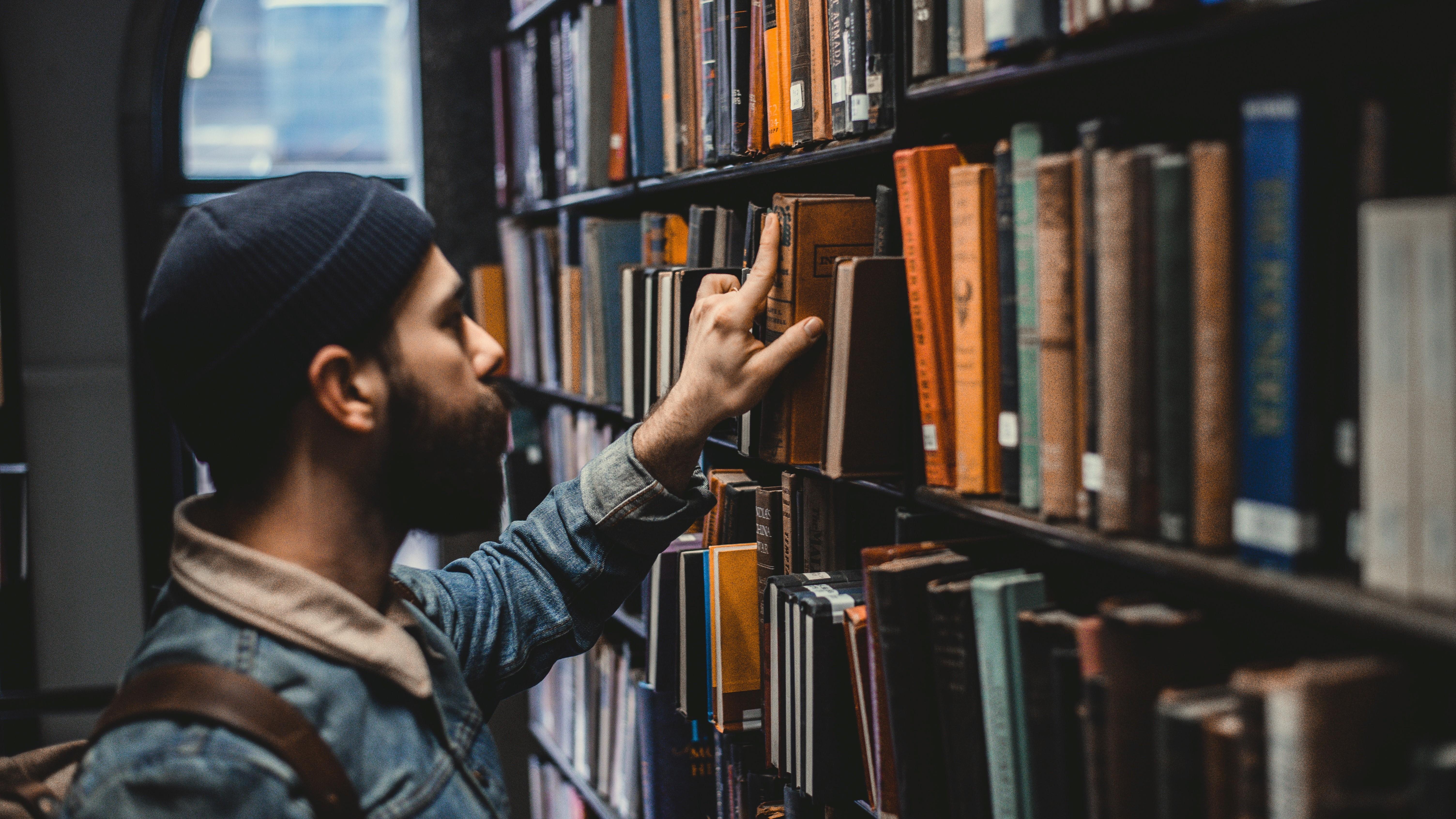 Mand leder efter en bog